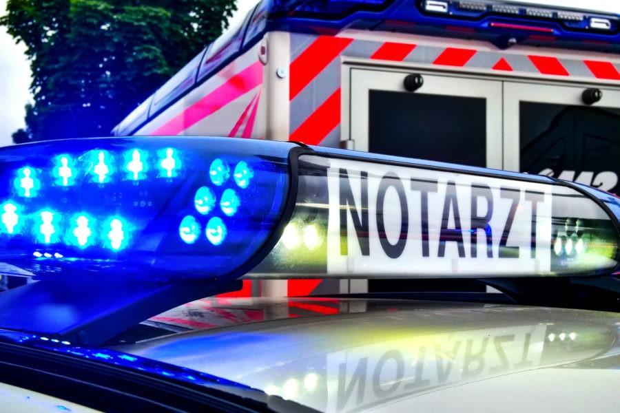 Auto fährt gegen Baum: drei Verletzte